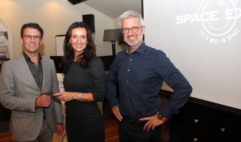 Cees van Wijk krijgt van Barbara Hoppel een eerste vrijkaart. | Foto: WS