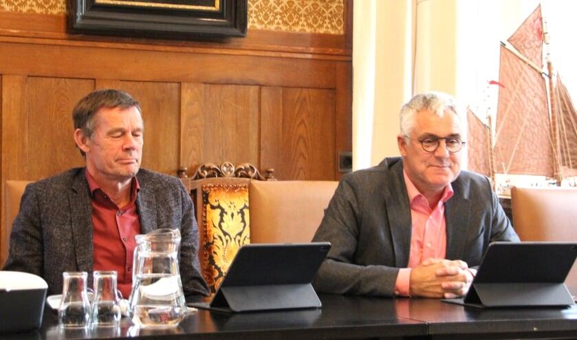 Wethouder de Jong (links) kondigt het samenstellen van een actuele omgevingsvisie aan.   Foto: Wim Siemerink