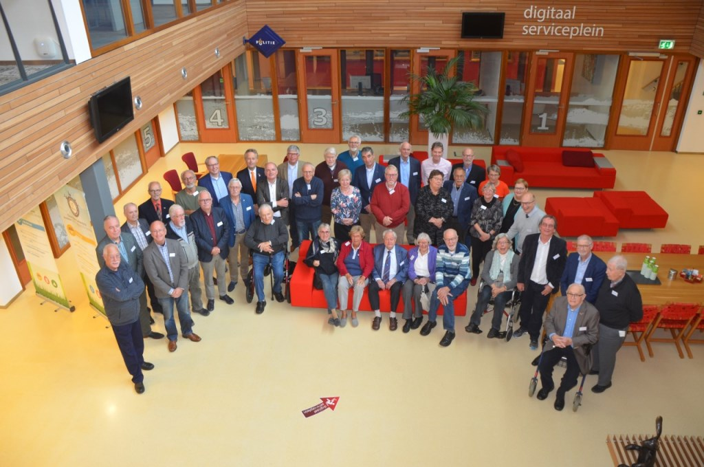 Alle oud-politici bij elkaar, samen met de gastsprekers. | Foto: Ed Grootaarts Foto: Ed Grootaarts © uitgeverij Verhagen