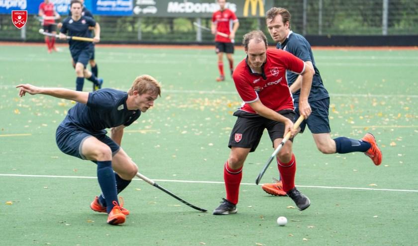 Andreas Lehmann in een gevecht om de bal.
