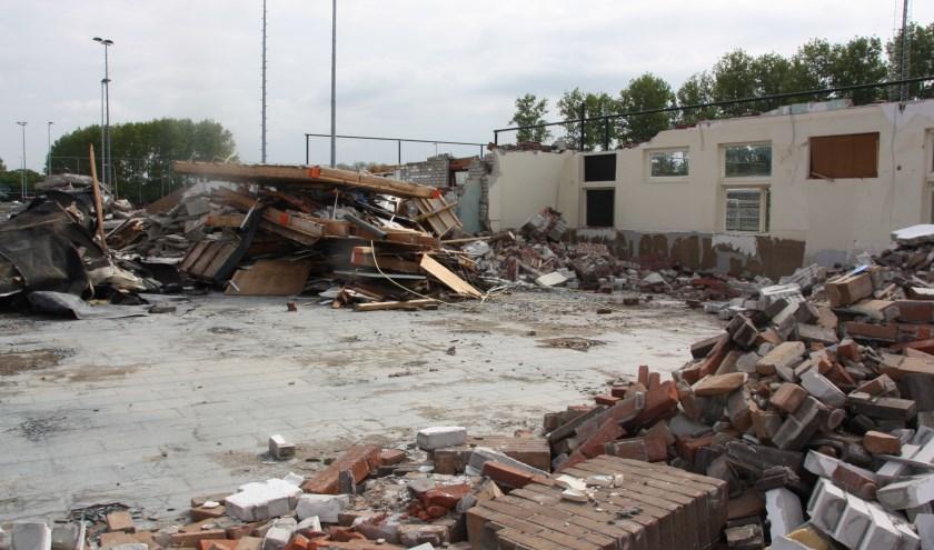 Het afbreken van het clubhuis was een kwestie van dagen. De herbouw is nog lang niet in zicht.