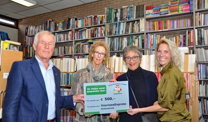 Krieno Bolt overhandigde de cheque aan Elvira Vis, Thea Bijl en Jannet Hylkema | Foto: Henk Maat