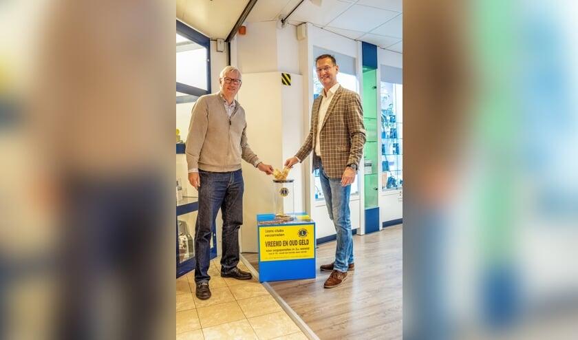 Lions Peter de Ligt (links) en Remco Filippo doen het eerste papiergeld in de verzamelzuil. | Foto: J.P. Kranenburg