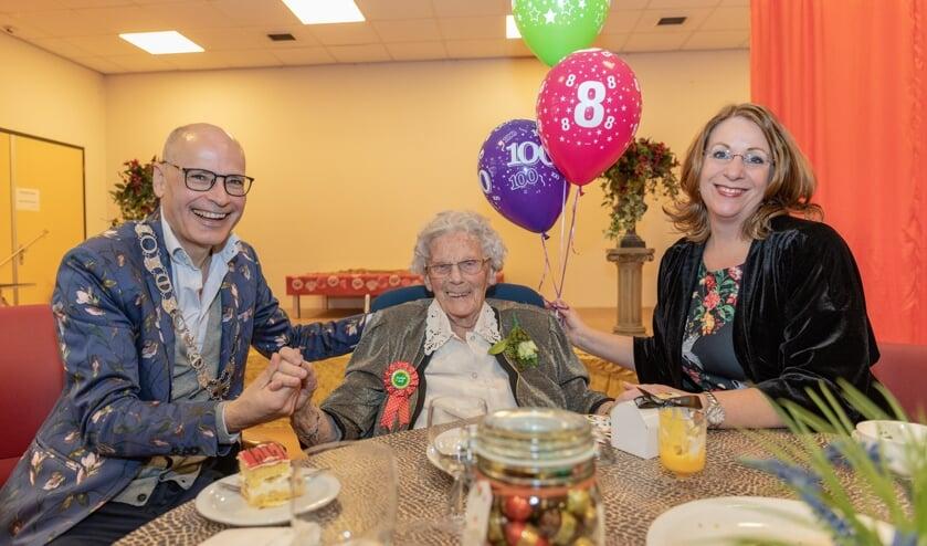 Mevrouw Keijzer op haar 108e verjaardag met twee burgemeesters op bezoek. | Archieffoto Wil van Elk