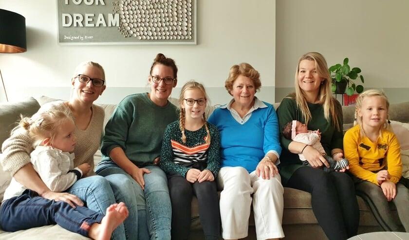 De drie zussen Juffermans (Suzan, Cindy en Petra) met hun dochters en Joke Bogerd.