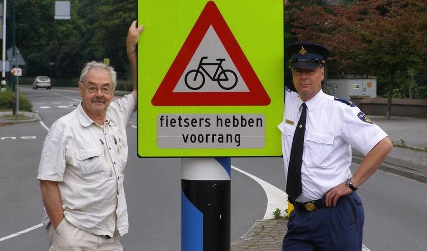 Han Prins met wijkagent Menno Zijlstra in augustus 2007. | Archieffoto Willemien Timmers