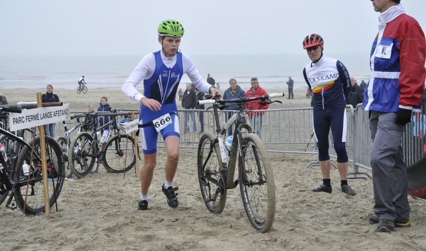 Het strand is op 10 november weer het decor voor de Beachduathlon Noordwijk. | Foto: Archief