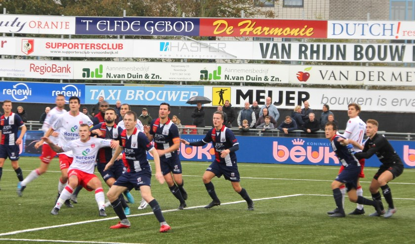 De Noordwijkse spitsen zagen geen kans de overmacht van verdedigers het echt moeilijk te maken. | Foto: WS