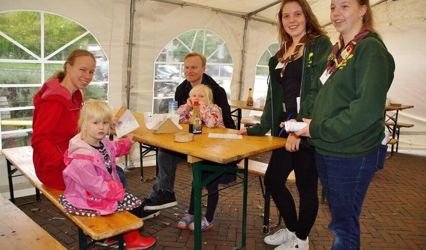Voor een mooie prijs konden bezoekers genieten van een scouting-pannenkoek en daarmee steunden ze de drie scoutinggroepen, die het geld hard nodig hebben voor hun huisvesting.   Foto's Willemien Timmers