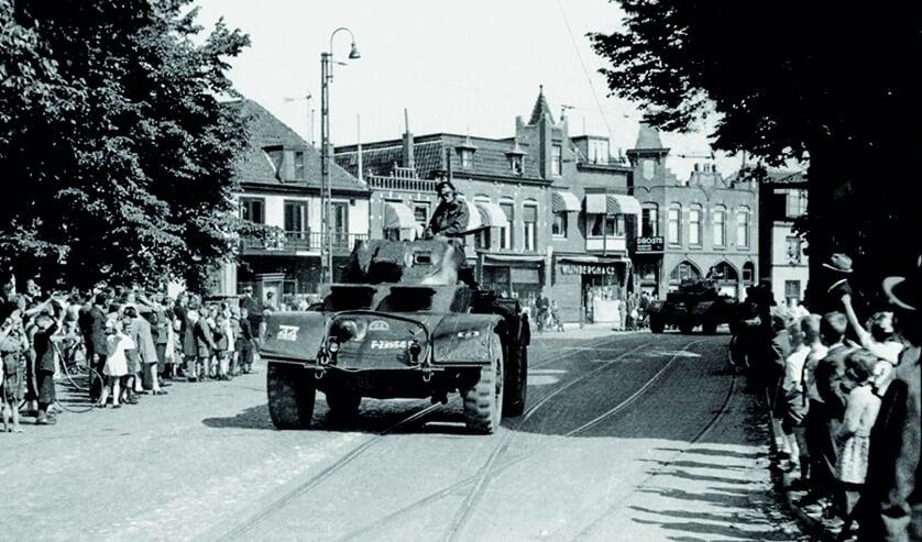 Het bevrijdingsmoment van Hillegom. | Foto: Frans Out, archief SVvOH.