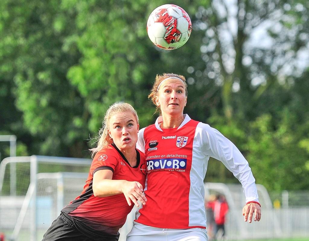 In het felst van de strijd wint Madieke Zaad het duel van Wendy Remert.  © uitgeverij Verhagen