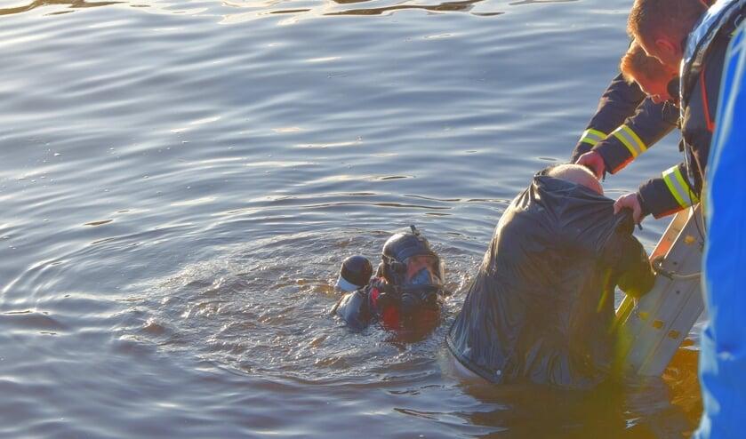 Met behulp van een duiker en een ladder lukte het de brandweer de man uit het water te krijgen.