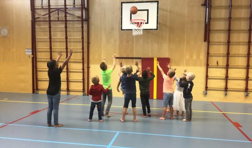 De kinderen van BSO de Wirwar ontdekten verschillende balsporten.
