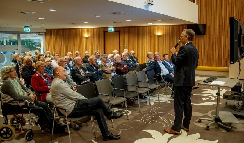 Wethouder Willem Joosten informeert de aanwezigen over de ontwikkelingen in Leiderdorp rond ruimtelijke ordening en woningbouw.