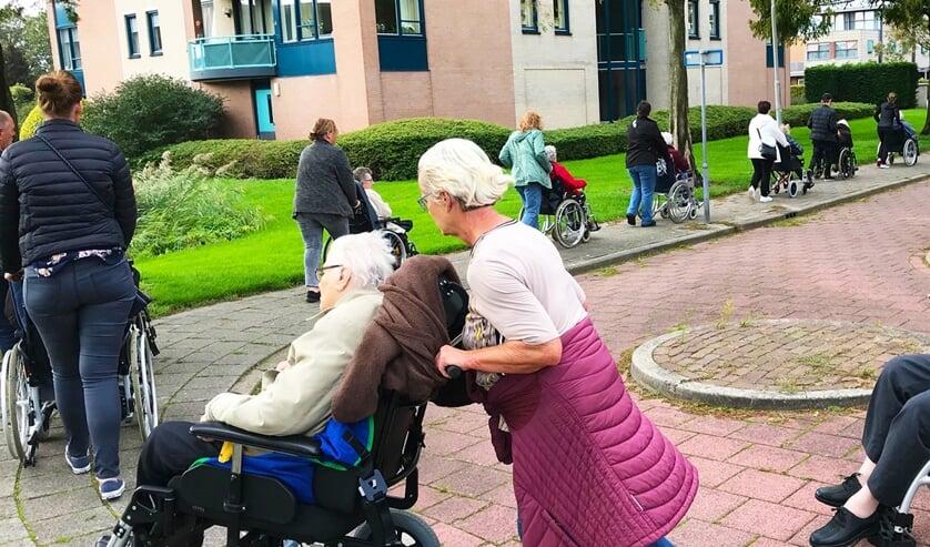 Dankzij de vrijwilligers kunnen ouderen lekker op pad: hoe meer vrijwilligers, hoe meer bewoners er naar buiten kunnen. | Foto: pr