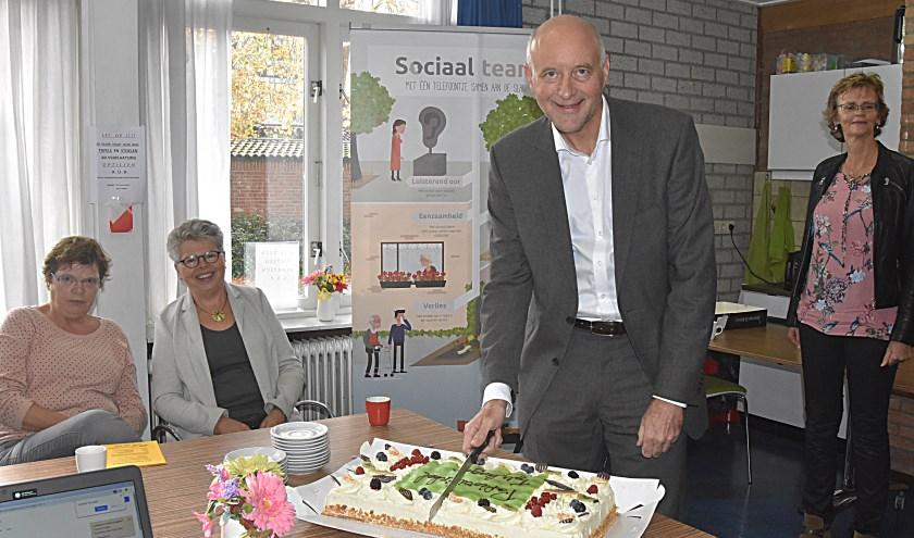 Wethouder Arno van Kempen snijdt de taart aan.   Foto: Piet van Kampen