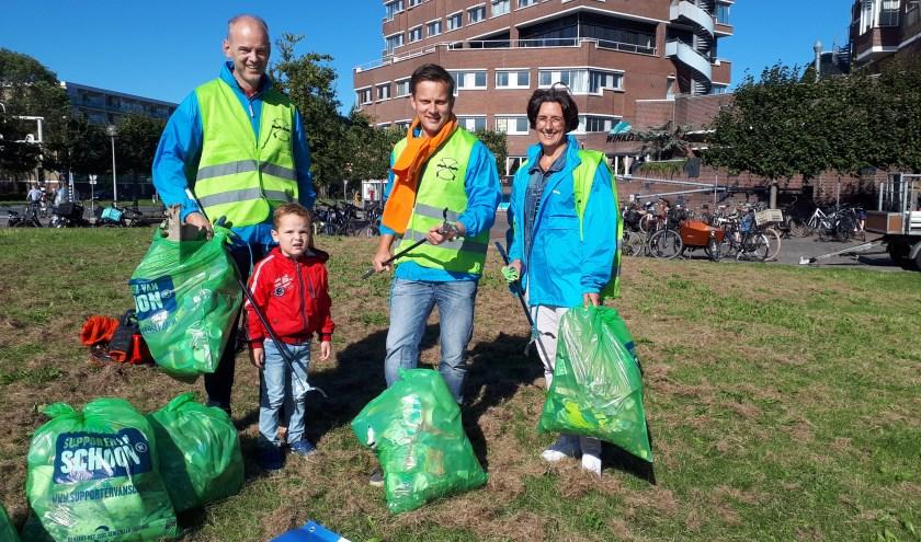 Fractievoorzitter Geert Schipaanboord (midden) van de ChristenUnie-SGP en enkele steunfractieleden tijdens de Cleanup Day op 21 september.