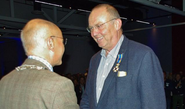 Oegstgeestenaar Mark van der Gaag ontving het lintje van burgemeester Emile Jaensch. | Foto's Willemien Timmers Foto:  © uitgeverij Verhagen