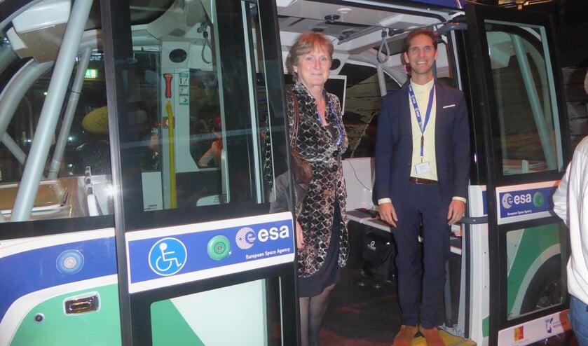 De Noordwijkse burgemeester Jon Hermans en wethouder Roberto ter Hark nemen ook een kijkje in de bus. | Foto: Ina Verblaauw