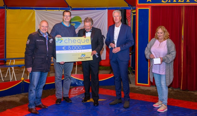 Jan Willem Mijlieff en Joep Derksen krijgen de cheque van de jubilerende organisatie. | Foto: PR