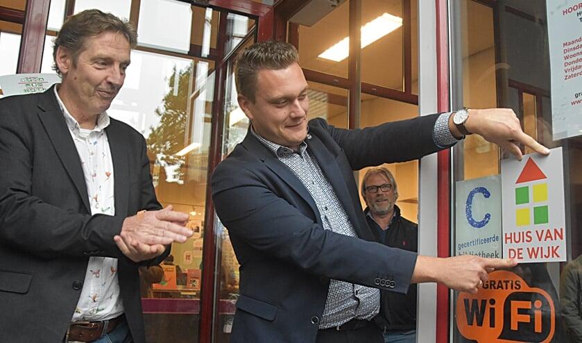 Wethouder Adger van Helden bevestigde een bordje aan de bieb als eerste officiële Huis van de wijk.   Foto: PvK