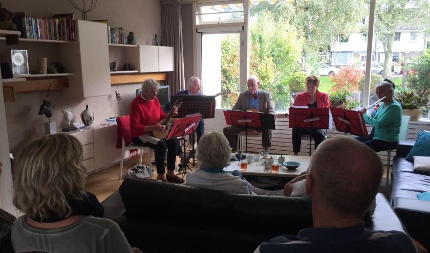 Vrolijk & Co (broers en zussen Vrolijk en een vriendin) bracht vrolijke deuntjes in de huiskamer.