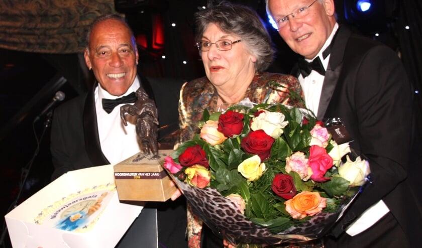 Frans van de veen en juryvoorzitter Jan Rijpstra met huldigen Louky Crama met de titel. | Foto: Archief