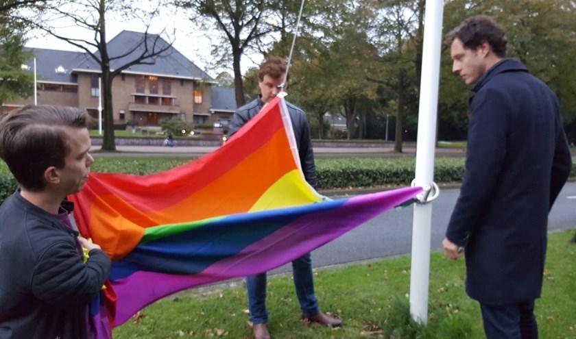 Vorig jaar werd de vlag nog gehesen langs de weg; dit jaar gebeurt dat in de tuin van het gemeentehuis.
