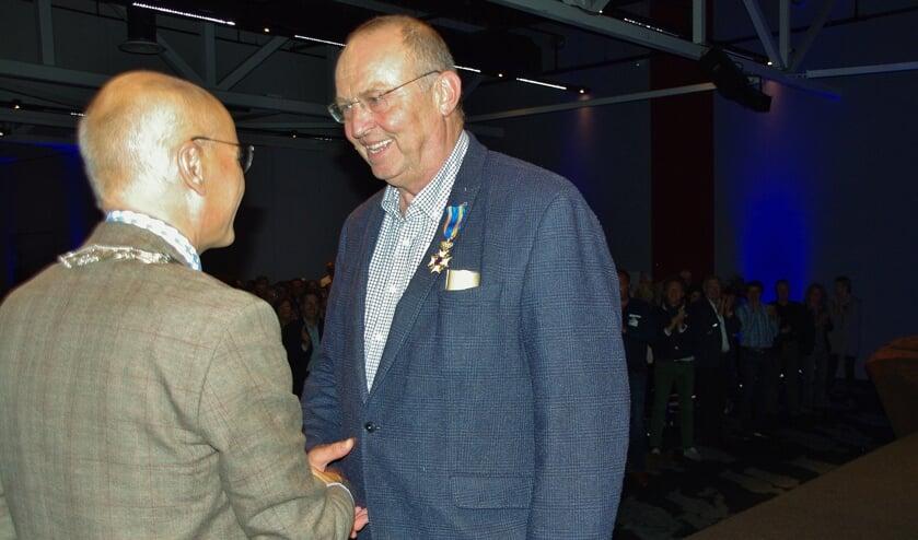 Oegstgeestenaar Mark van der Gaag ontving het lintje van burgemeester Emile Jaensch.