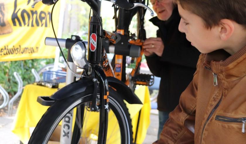 De Fietsersbond, Repair Café Oegstgeest en Bike Totaal Van Hulst helpen zaterdag iedereen bij het verbeteren van de fietsverlichting.fotocredit:Foto PR/Repair Café Oegstgeest
