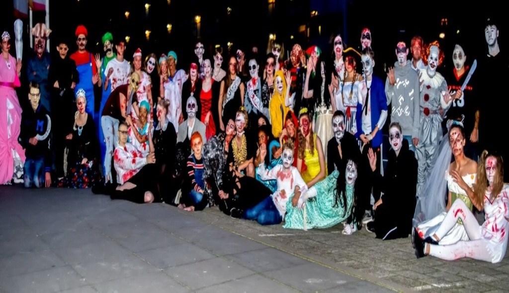 De groep vrijwilligers die het horror-spookhuis in de dansschool van DC Dance tot een succes maakten. dans Foto: J.P.Kranenburg © uitgeverij Verhagen