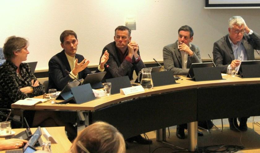 Wethouder Roberto ter Hark verduidelijkt dat de begroting toch een positief resultaat oplevert. | Foto: Wim Siemerink