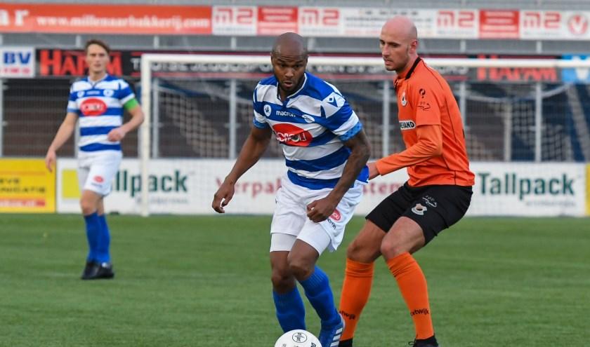 Everton Pires Tavares van SV Spakenburg in duel met Joey Jongman van V.v. Katwijk. | Foto: OrangePictures
