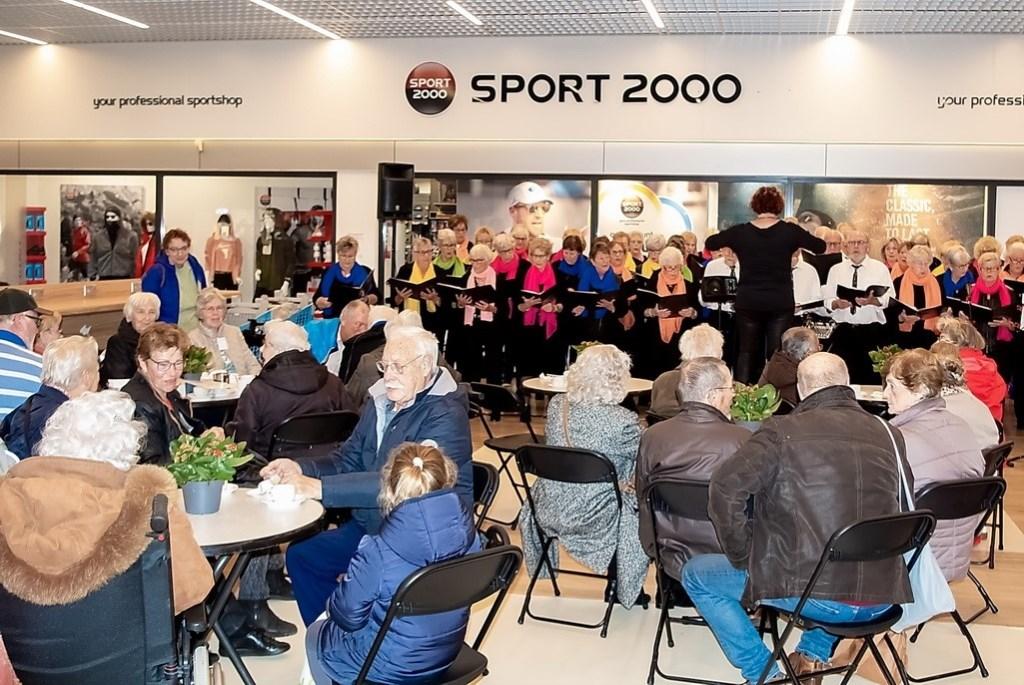 Op het Hemaplein trad het koor Young@Heart op. Foto: Johan Kranenburg © uitgeverij Verhagen