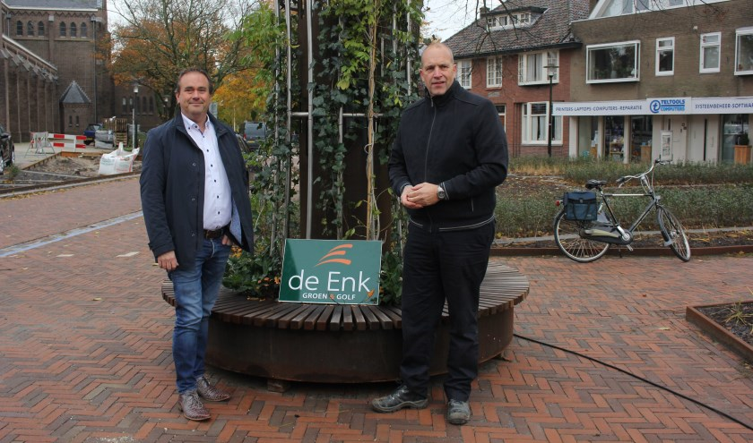 Wethouder Jan van Rijn (links) en groenaannemer Frans Reulink. | Foto: Annemiek Cornelissen