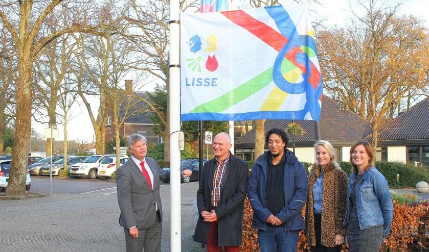 Bijna een jaar geleden wapperde de vlag voor het eerst bij het gemeentehuis, gehesen door de wethouders Van der Zwet, Van der Laan en Langeveld met de bedenkers van het winnende ontwerp. | Foto: archief (AihV)