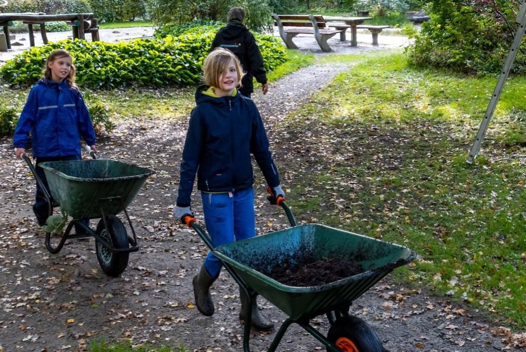 Jonge helpers tijdens de natuurwerkdag. Foto: Johan Kranenburg © uitgeverij Verhagen