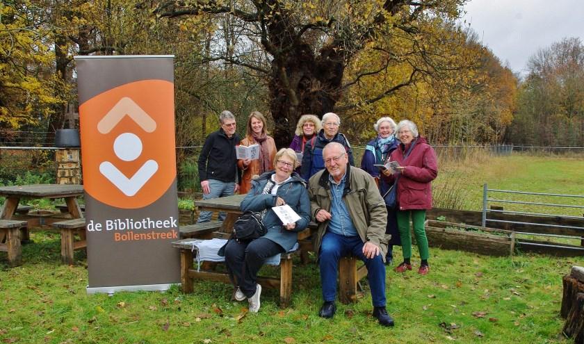 De deelnemers van de leeskring bijeen bij de Eik van Jan Wolkers.