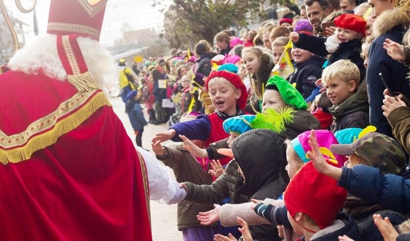 Kinderen verwelkomen Sint Nicolaas in Katwijk aan Zee.