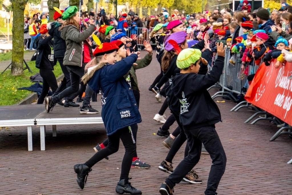 Jonge dansers van de ID Dance Factory vermaken het publiek dat wacht op Sinterklaas.   Foto: J.P. Kranenburg © uitgeverij Verhagen