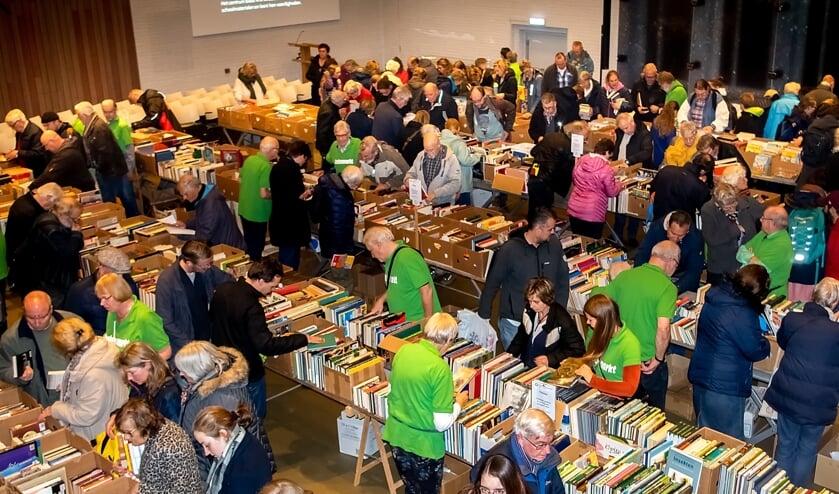 Grote drukte op vrijdagavond, kort na de opening van de 28ste boekenmarkt. | Foto: J.P. Kranenburg