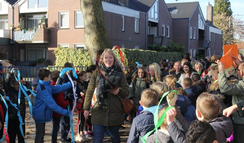 Blije gezichten bij onderwijzers en kinderen. | Foto: Annemiek Cornelissen