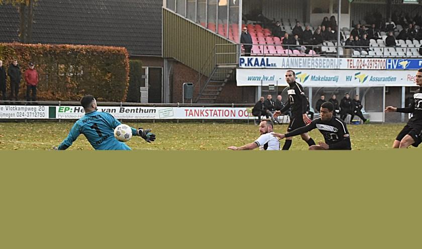 Jaap van Duijn (wit) scoort vallend de 1-3. | Foto: PR