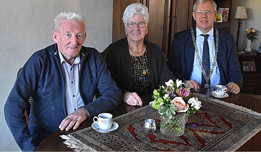 Burgemeester C. Visser bracht een bezoek aan het jubilerende echtpaar.
