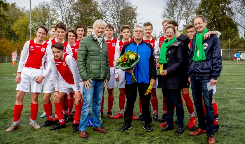 Bloemen voor RCL scheidsrechter Cor den Heijer.