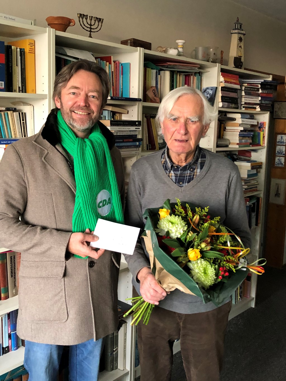 Bloemen voor ds H. Hemstede.  Foto: PR © uitgeverij Verhagen