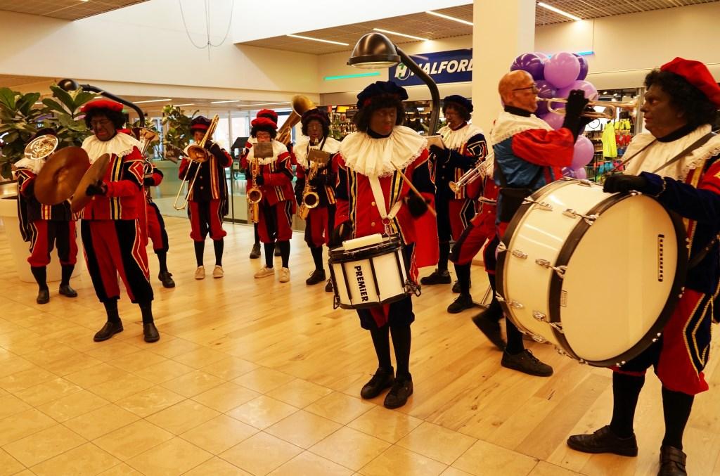 In winkelcentrum Winkelhof speelde vanochtend nog een Pietenband, met een mix van Zwarte Pieten en Roetveeg Pieten.  Foto: Corrie van der Laan © uitgeverij Verhagen
