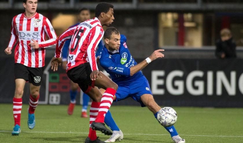 Bryan Bröcker in actie tegen Kevin Ringeling van Jong Sparta. | Foto: OrangePictures