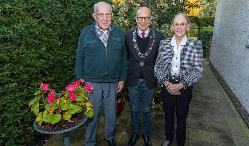 Het echtpaar Van der Lippen-Wijsman met burgemeester Emile Jaensch.