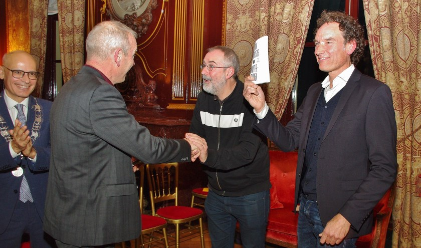 Aan het eind van de sfeervolle bijeenkomst overhandigden Hans Portengen en Emile Jaensch een eerste exemplaar van het Nederland Leest-boek 'Winterbloei' van Jan Wolkers aan Ronald Giphart en Onno Blom.